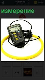 Прибор экраном и с проводами для измерения измерения, желтые кнопки и переключатель
