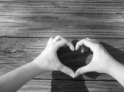mains-rejointes-en-forme-de-coeur