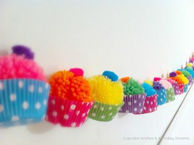 http://cupcakewishesandbirthdaydreams.blogspot.com.es/2013/04/cupcake-monday-yarn-pom-pom-cupcake.html