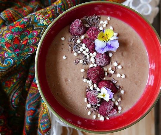Smoothie bowl z płatków owsianych, kakao z dodatkiem owoców