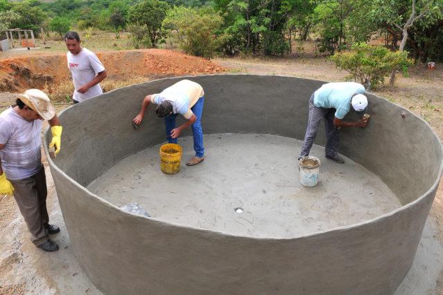 Tanques feitos em mutirão ajudam assentamento 1º de julho a enfrentar crise hídrica