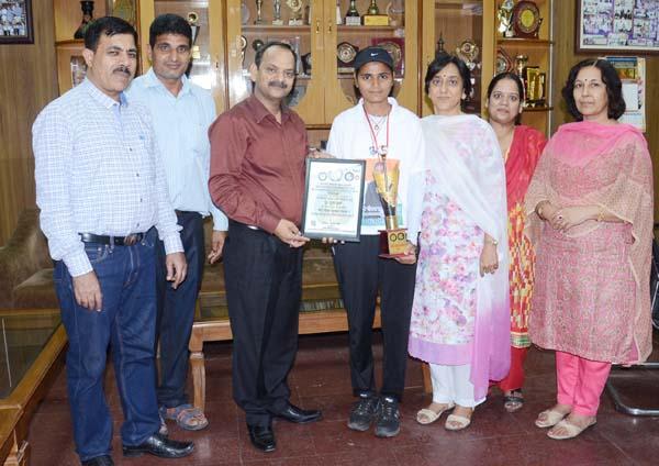 अग्रवाल महाविद्यालय की छात्रा पूजा हूडा बेटी गौरव सम्मान द्वारा सम्मानित