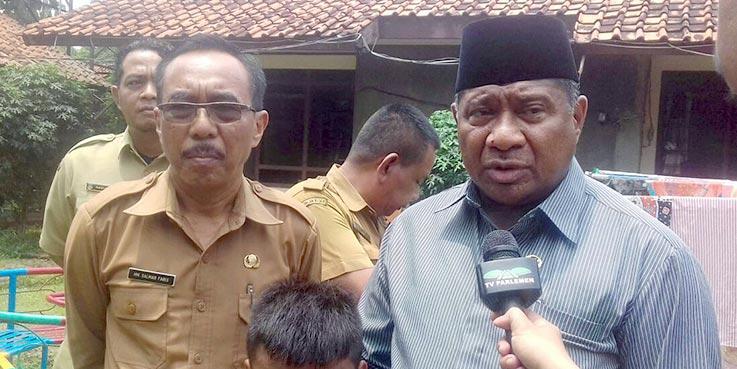 Anggota DPR RI M. Ali Taher didampingi Kadinsos Kota Tangsel Salman Faris saat mengunjungi rumah singgah Dinsos Tangsel.
