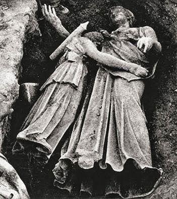 Αγάλματα, χιλιάδες χρόνια αγκαλιά...