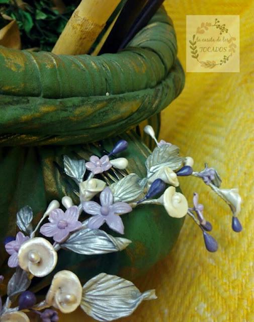 peineta de porcelana para novia estilo campestre con hojas y flores en plata, morado, malva y blanco