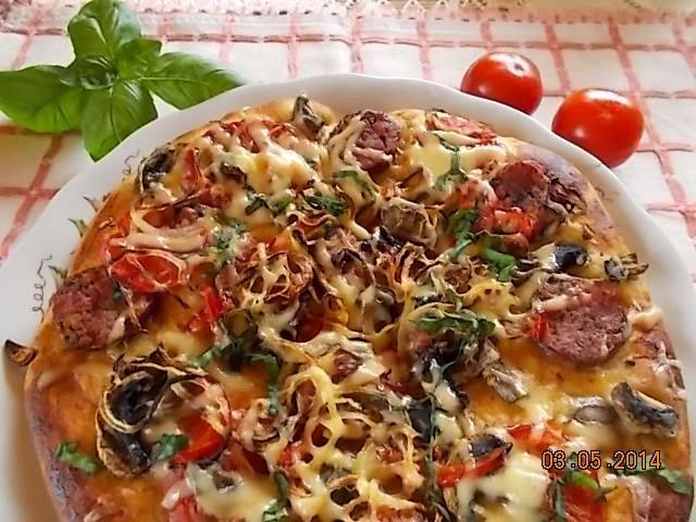 Domowa pizza z fetą i pomidorami.
