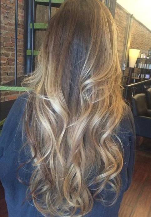 Un corte de pelo largo en capa es la mejor base para técnicas multi,tonales como ombre y el balayage. Ricitos de oro se viene a la mente cuando ves esos