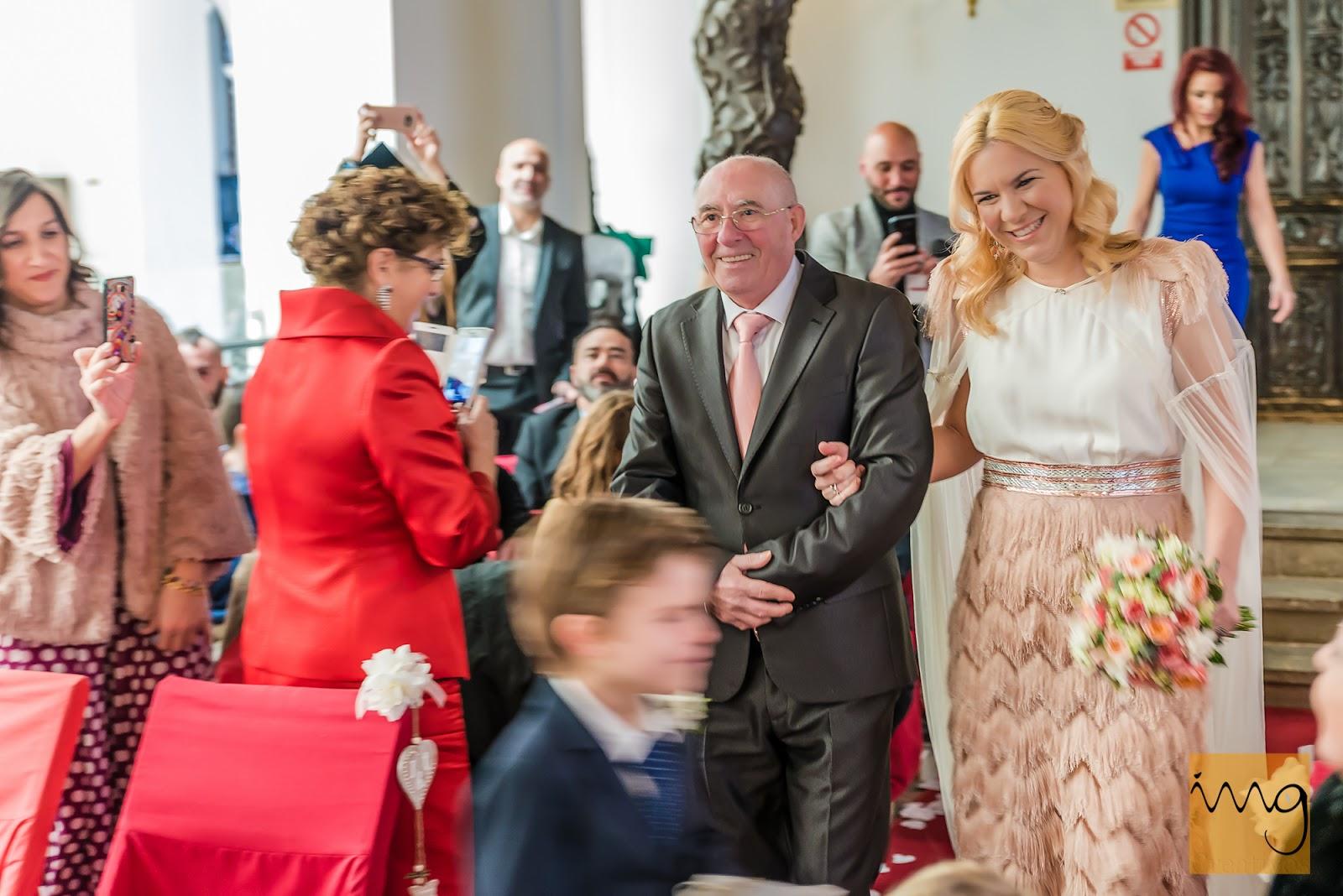 Fotografía de boda. Novia entrando a la celebración.