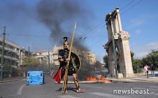 Ο άνδρας με την αρχαιοελληνική στολή την ώρα των επεισοδίων στο Σύνταγμα