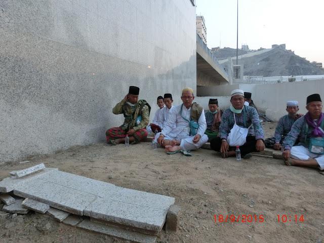 Masyarakat Indonesia Berziarah ke Makam Syekh Nawawi Al-Bantani di Pemakaman Ma'la Mekah. Photo: KBIH An-Nabilah
