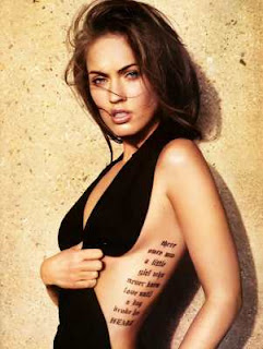 Tatuagem escrita na costela