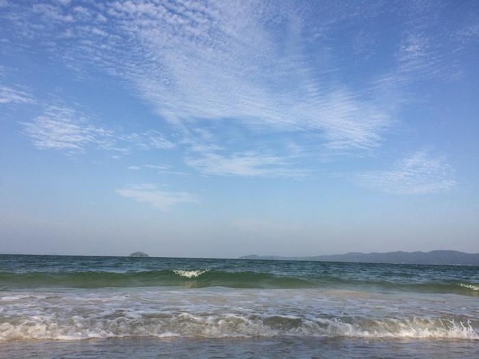 Bãi biển Hồng Vàn trên đảo Cô Tô rất đẹp và vắng khách mùa thấp điểm.