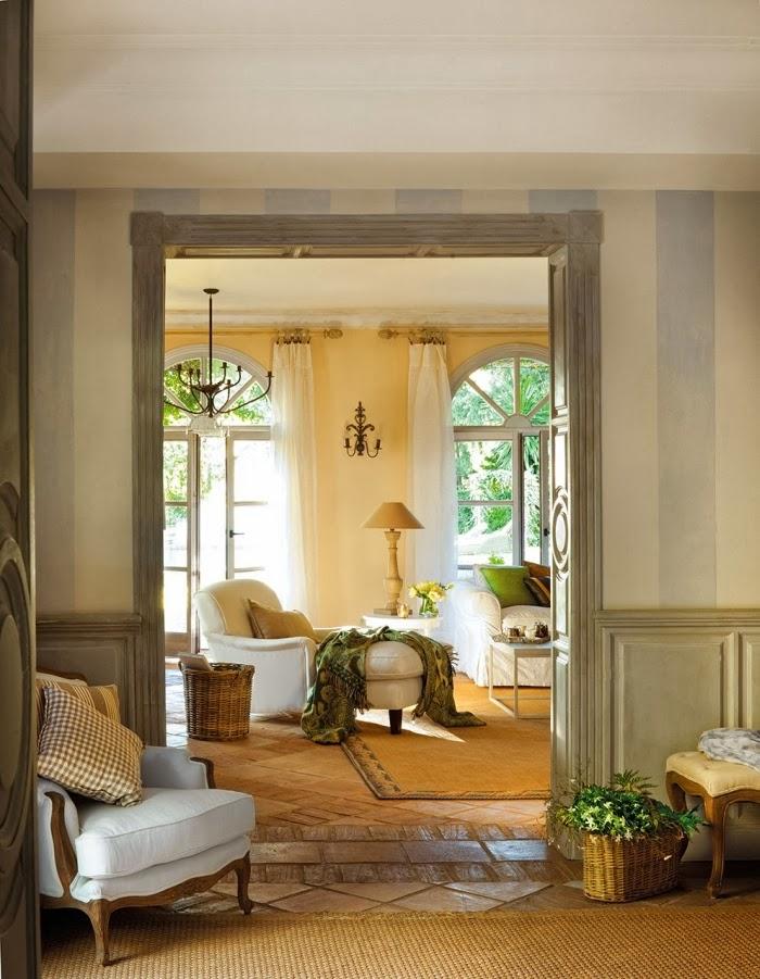 Dom w Hiszpanii z turkusowymi okiennicami, wystrój wnętrz, wnętrza, urządzanie domu, dekoracje wnętrz, aranżacja wnętrz, inspiracje wnętrz,interior design , dom i wnętrze, aranżacja mieszkania, modne wnętrza, styl francuski, styl rustykalny, salon, antyki