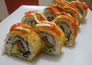Sushi merupakan makanan khas jepang yang terkenal dan disukai banyak orang. Rasanya yang khas apalagi ditunjang dengan presentasinya yang indah, ada yang roll ataupun nigiri. Porsinya yang kecil membuat sushi cocok dijadikan menu santapan ataupun camilan. Nah, bicara tentang sushi kali ini Resep Kita Bersama menyiapkan Resep Sushi Roll Goreng Enak dan Lezat.  Bagi sahabat Resep Kita Bersama yang gemar menyantap sushi dan ingin mencoba membuat Sushi Roll Goreng sendiri di rumah sesuai dengan selera sahabat, sehingga tidak perlu mengeluarkan biaya yang cukup mahal untuk menyantap sushi di restoran Jepang, silahkan ikuti terus artikel kali ini yang akan membahas mengenai cara membuat sushi berikut ini :