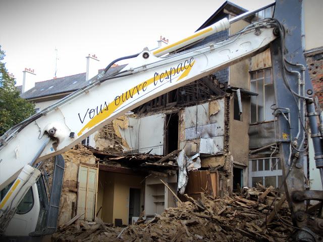 La destruction de l'îlot « Chat qui Pêche » le 13 octobre 2013 à Rennes - Photo de Erwan Corre sur Wikicommons