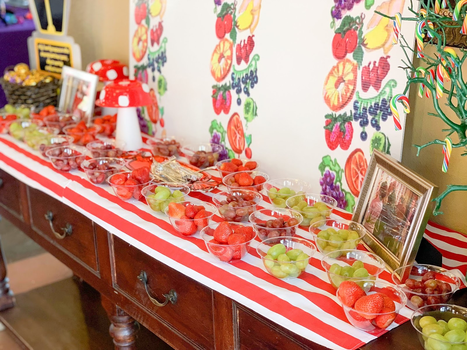willy wonka edible wallpaper decor, fruit plates in party