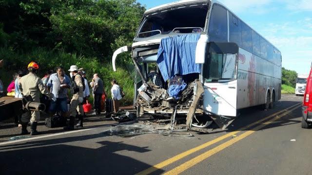 Ônibus da Eucatur com 35 pessoas bate na traseira de carreta na BR 364