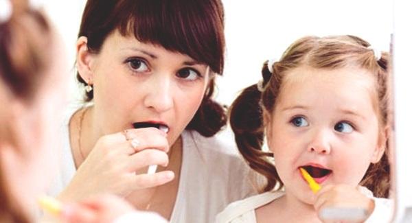 mengajari anak sikat gigi