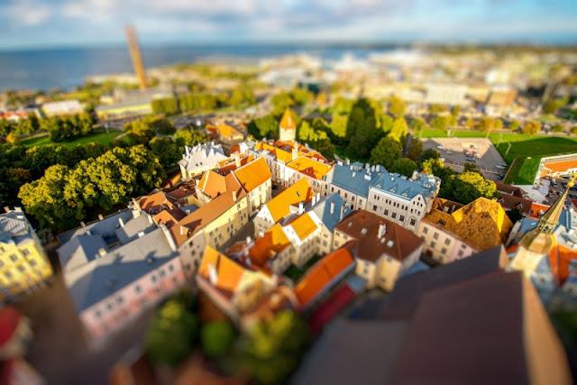 Thủ đô Tallin của Cộng hòa Estonia trong ánh nắng vàng rực