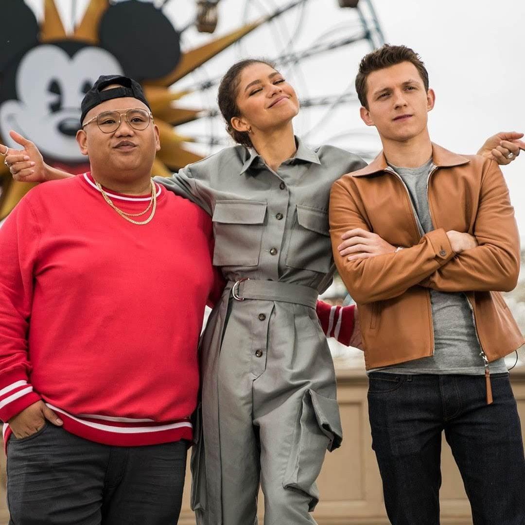 Tom Holland and the cast of Far From Home surprised guests at Disneyland : ディズニーランドのスパイダーマンなんて、どうせ見せかけだけかと思っていたら、実は中の人がトム・ホランドだった ! ! という「ファー・フロム・ホーム」の出演者たちが仕掛けた感激のドッキリのイタズラ ! !