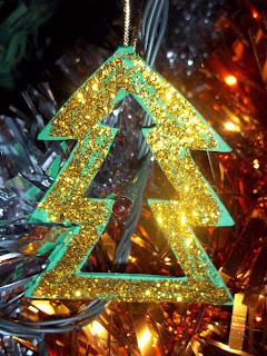 Figuras de papel hechas por niños que sirven como adornos para el árbol de Navidad.