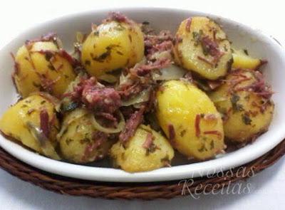 Receita deliciosa de batatas com carne seca, na panela de pressão, simples de fazer gostosa.