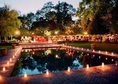 Decoración elegante para bodas con velas alrededor de piscina