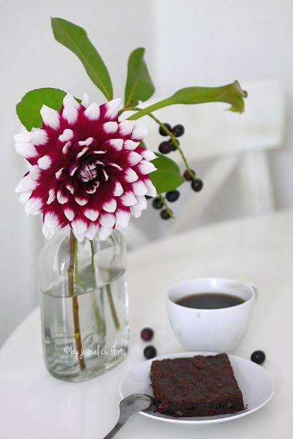 brownie cu ciocolata ceasca de cafea sticla cu flori