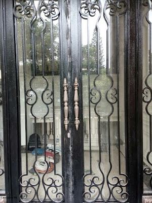 pagar besi tempa klasik untuk menhiasi rumah klasik