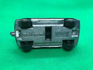 PPEUGEOT 205GTI のおんぼろミニカーを底面から撮影