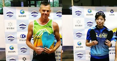 北海道トライアスロンの総合優勝者、ジェス リッパー選手と三浦智穂選手