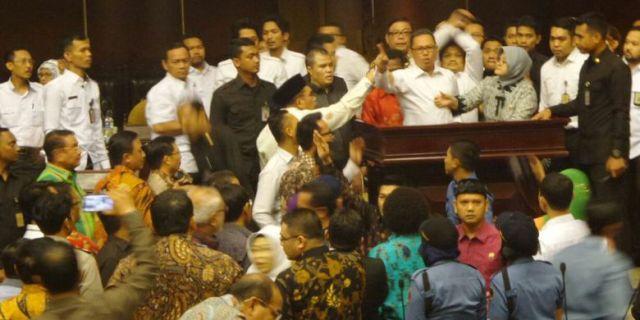 Parah!! Rapat DPD Ricuh, Anggota Ini Tarik Rekannya dari Podium Hingga Jatuh