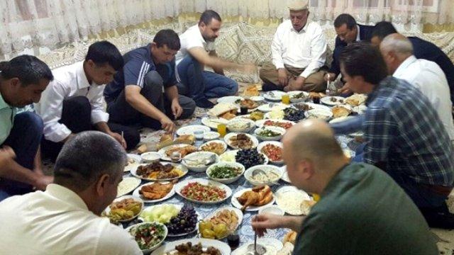 turkiye-yerde-yemek-yemek