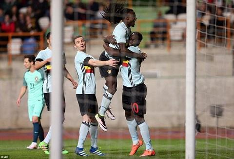 Anh em nhà Lukaku ăn mừng bàn thắng trong trận đấu với Bồ Đào Nha