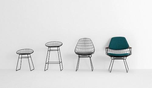 Stühle aus Rohrstahl stehen in einer Reihe nebeneinander