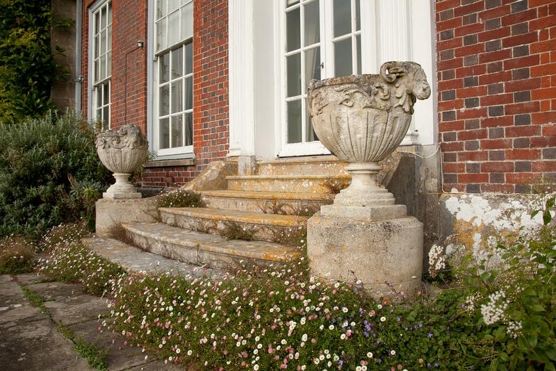 macetones de piedra y flores