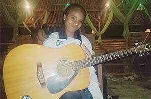 Dian Sorowea Bawa Gitar