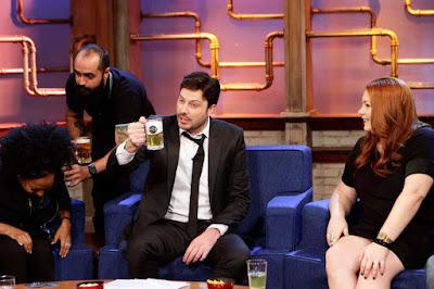 Danilo bebe cerveja durante a atração (Crédito: Eve Schwarz)