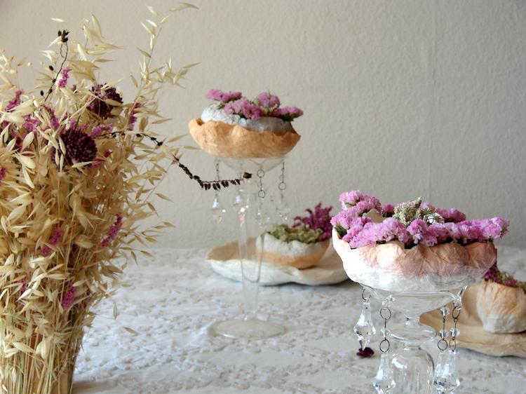 matrimonio green, centrotavola con fiori secchi e fiori di carta color rosa-prugna