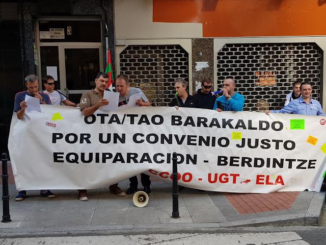 Concentración de trabajadores ante la oficina de la OTA
