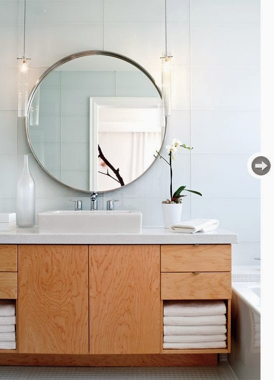 To da loos: Large round mirrors in the bathroom