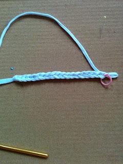 バッグ底の部分を鎖編みで編み始める