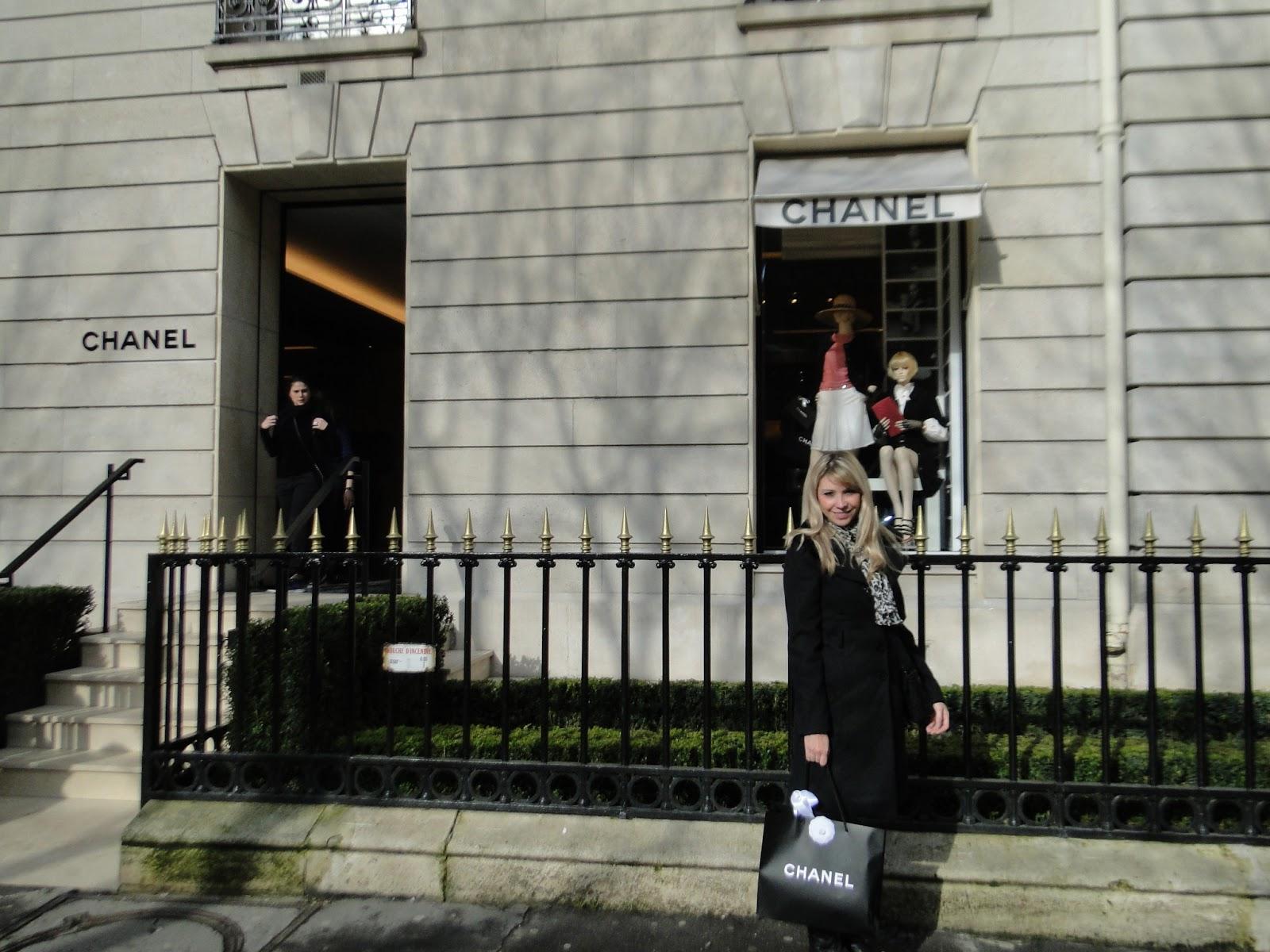 376e08a53 Compre a Chanel na Av. Montaigne, uma avenida chiquérrima, só com grifes  incríveis (depois vou fazer um post só com as vitrines desta rua!)...e  fiquei feliz ...