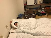 Carlos durmiendo en el futón, en el suelo