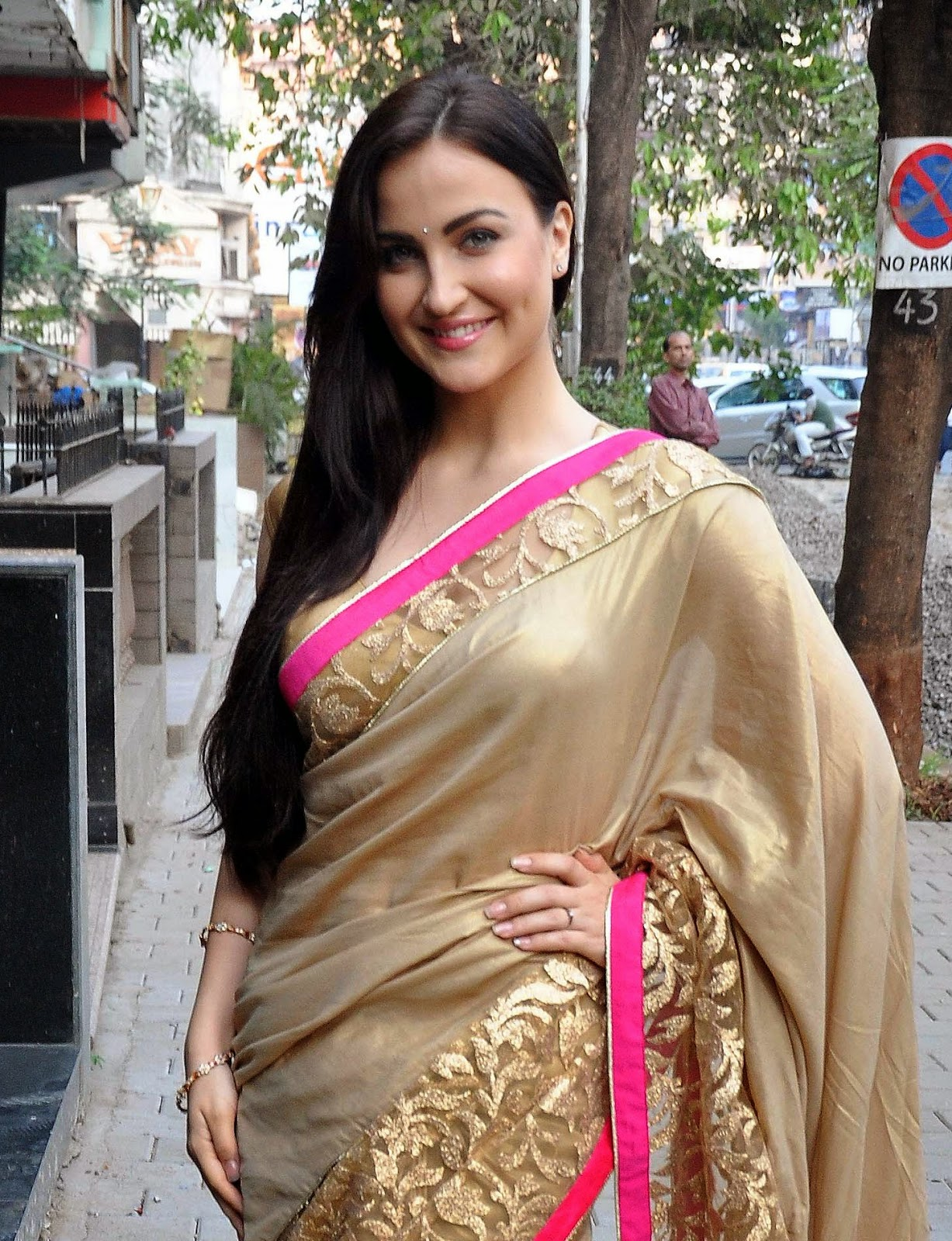 High Quality Bollywood Celebrity Pictures: Elli Avram and