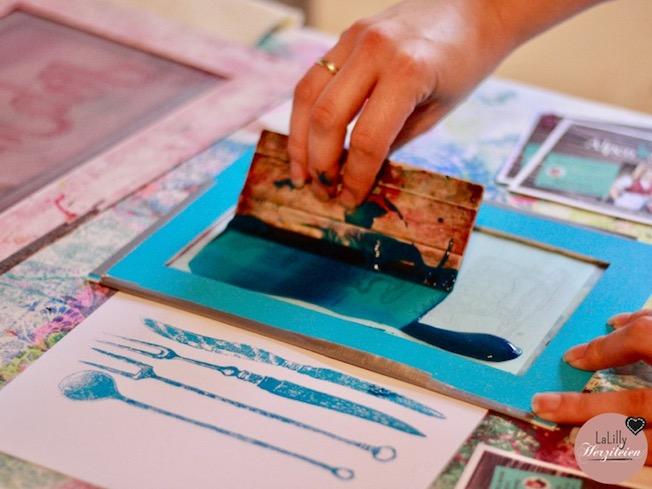 """Siebdruck ist eine spannende Technik, mit der filigrane Motive auf unterschiedlichste Untergründe gebracht werden können. Im Kurs bei """"Frau Zimmer"""" in Hannover habe ich gelernt Siebdrucke selberzumachen. Von meinen Erfahrungen im Kurs berichte ich in diesem Artikel ausführlich."""