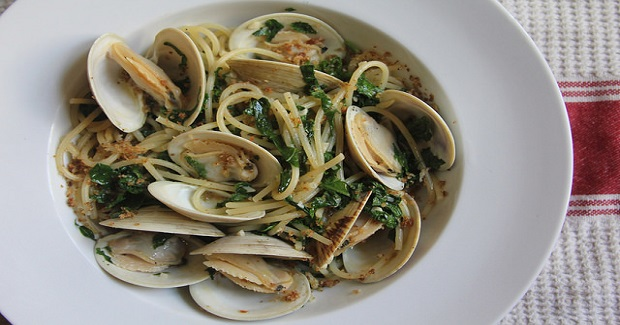 Pasta With Clams, Kale & Breadcrumbs Recipe