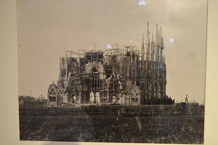 Sagrada Familia rakennustöiden alkaessa 1800 -luvulla