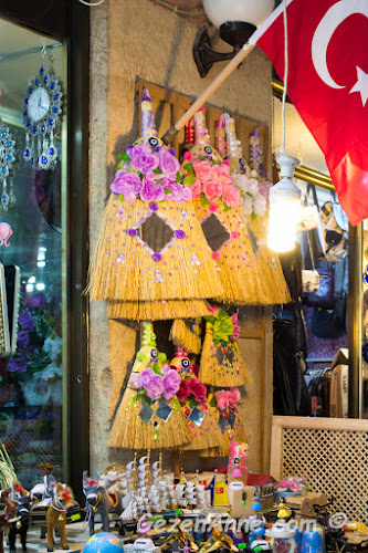 eskiden kapısına asıldığı evde gelinlik kız olduğunu belirten aynalı süpürgeler Edirne'de turistik olarak da olsa yaşatılıyor