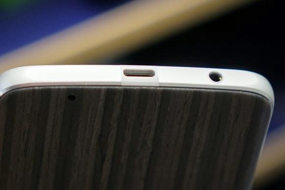 Moto Z Play acerta com bateria maior e conector para fone